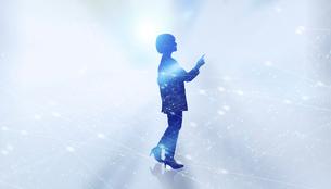 白い背景とグローバルなサイバーイメージ空間に佇む女性のエレクトロニクス系シルエット画像の写真素材 [FYI04956444]