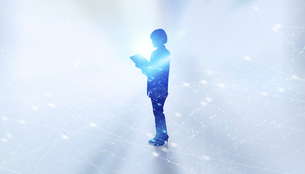 白い背景とグローバルなサイバーイメージ空間に佇む女性のエレクトロニクス系シルエット画像の写真素材 [FYI04956445]