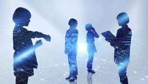白い背景とグローバルなサイバーイメージ空間に佇む女性のエレクトロニクス系シルエット画像の写真素材 [FYI04956448]