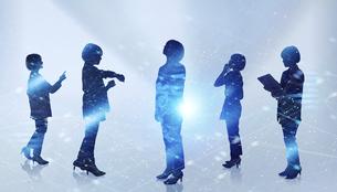 白い背景とグローバルなサイバーイメージ空間に佇む女性のエレクトロニクス系シルエット画像の写真素材 [FYI04956449]