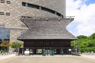 大阪歴史博物館入口の法円坂遺跡(大阪市中央区)の写真素材 [FYI04956930]