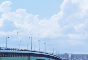 街灯と橋と夏雲の写真素材 [FYI04957307]