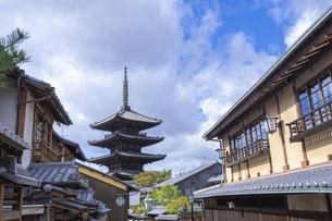 【京都】青空の下の八坂の塔 法観寺の写真素材 [FYI04957440]
