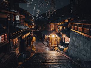 【京都】夜の三年坂の石段 産寧坂の写真素材 [FYI04957443]