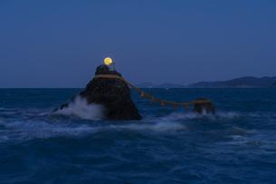 夫婦岩と満月の写真素材 [FYI04957526]