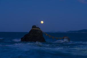 夫婦岩と満月の写真素材 [FYI04957527]