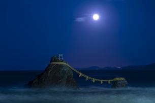 夫婦岩と満月の写真素材 [FYI04957528]