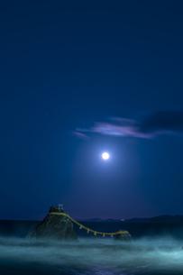 夫婦岩と満月の写真素材 [FYI04957530]