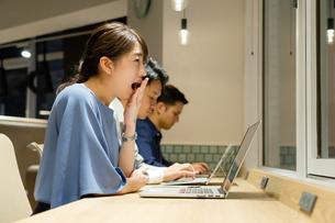 オフィスで働く人々(疲れ・眠い)の写真素材 [FYI04957645]