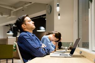 オフィスで働く人々(疲れ・眠い)の写真素材 [FYI04957650]