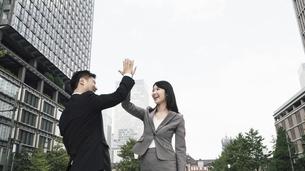 ハイタッチする男女(ビジネスイメージ)の写真素材 [FYI04957692]