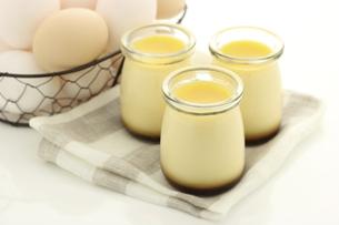 カスタードプリンと、材料の卵の写真素材 [FYI04957781]