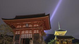 【京都】清水寺の夜のライトアップの写真素材 [FYI04957787]