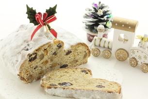クリスマスのお菓子、シュトーレンの写真素材 [FYI04957788]