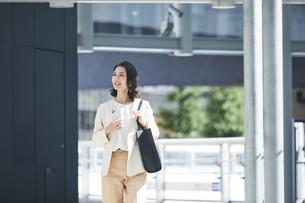 オフィス街を歩く若い女性の写真素材 [FYI04958538]