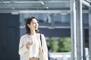 オフィス街を歩く若い女性の写真素材 [FYI04958540]