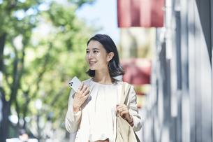 オフィス街を歩く若い女性の写真素材 [FYI04958552]