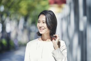 オフィス街を歩く若い女性の写真素材 [FYI04958557]