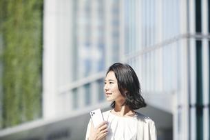 オフィス街を歩く若い女性の写真素材 [FYI04958559]