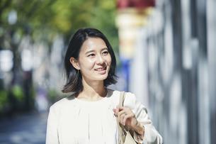 オフィス街を歩く若い女性の写真素材 [FYI04958560]