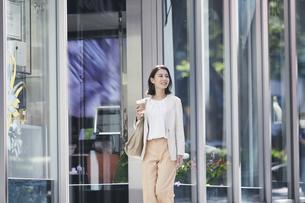 オフィス街を歩く若い女性の写真素材 [FYI04958564]