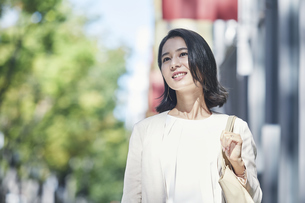 オフィス街を歩く若い女性の写真素材 [FYI04958566]
