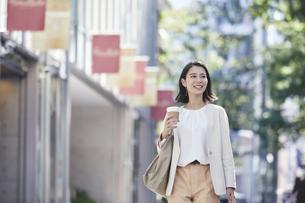 オフィス街を歩く若い女性の写真素材 [FYI04958585]