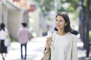 オフィス街を歩く若い女性の写真素材 [FYI04958589]