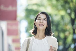 オフィス街を歩く若い女性の写真素材 [FYI04958590]