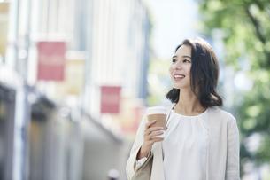 オフィス街を歩く若い女性の写真素材 [FYI04958593]