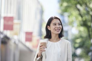 オフィス街を歩く若い女性の写真素材 [FYI04958596]