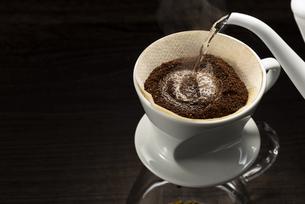 コーヒーを淹れるの写真素材 [FYI04958806]