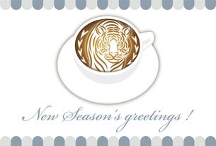 寅年 年賀状テンプレート 白いコーヒーカップにお洒落な寅のラテアート イラストのイラスト素材 [FYI04959172]