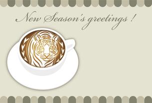 寅年 年賀状テンプレート 白いコーヒーカップにお洒落な寅のラテアート イラストのイラスト素材 [FYI04959174]