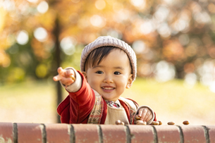 公園で遊ぶ赤ちゃんの写真素材 [FYI04959347]