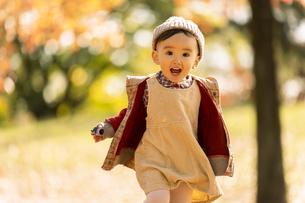 公園で遊ぶ赤ちゃんの写真素材 [FYI04959352]