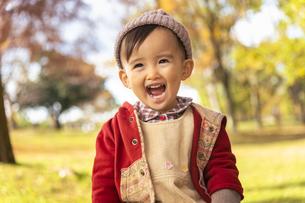 公園で遊ぶ赤ちゃんの写真素材 [FYI04959367]
