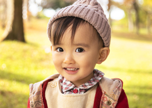公園で遊ぶ赤ちゃんの写真素材 [FYI04959371]