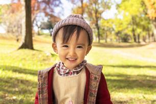 公園で遊ぶ赤ちゃんの写真素材 [FYI04959372]