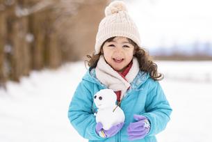 雪だるまを持った女の子の写真素材 [FYI04959402]