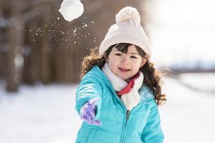 雪玉を投げる女の子の写真素材 [FYI04959405]