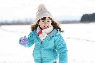 雪山で遊ぶ女の子の写真素材 [FYI04959407]