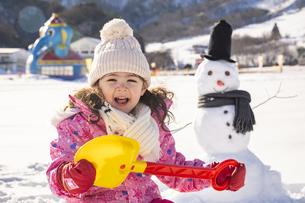 雪山で遊ぶ女の子の写真素材 [FYI04959408]