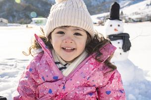 雪山で遊ぶ女の子の写真素材 [FYI04959415]