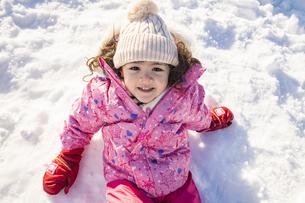 雪山で遊ぶ女の子の写真素材 [FYI04959416]