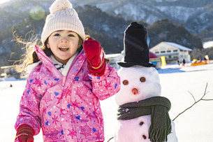 雪山で遊ぶ女の子の写真素材 [FYI04959417]