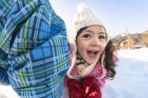 雪山で遊ぶ女の子の写真素材 [FYI04959419]