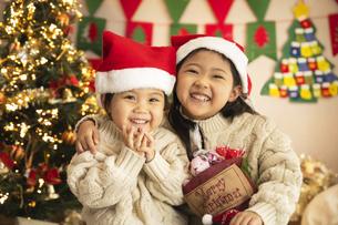 クリスマスパーティをする子供の写真素材 [FYI04959457]