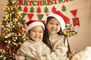クリスマスパーティをする子供の写真素材 [FYI04959461]