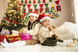 クリスマスパーティをする子供の写真素材 [FYI04959462]
